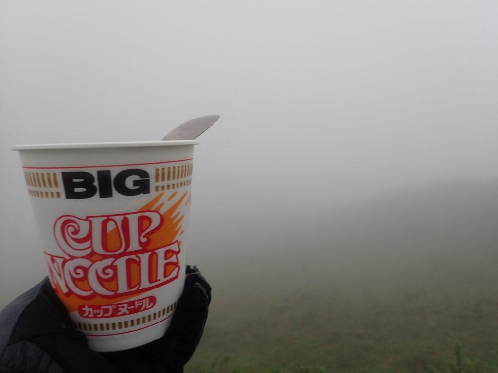 日本百名山の大山の山頂で霧に包まれながら食べたカップヌードル
