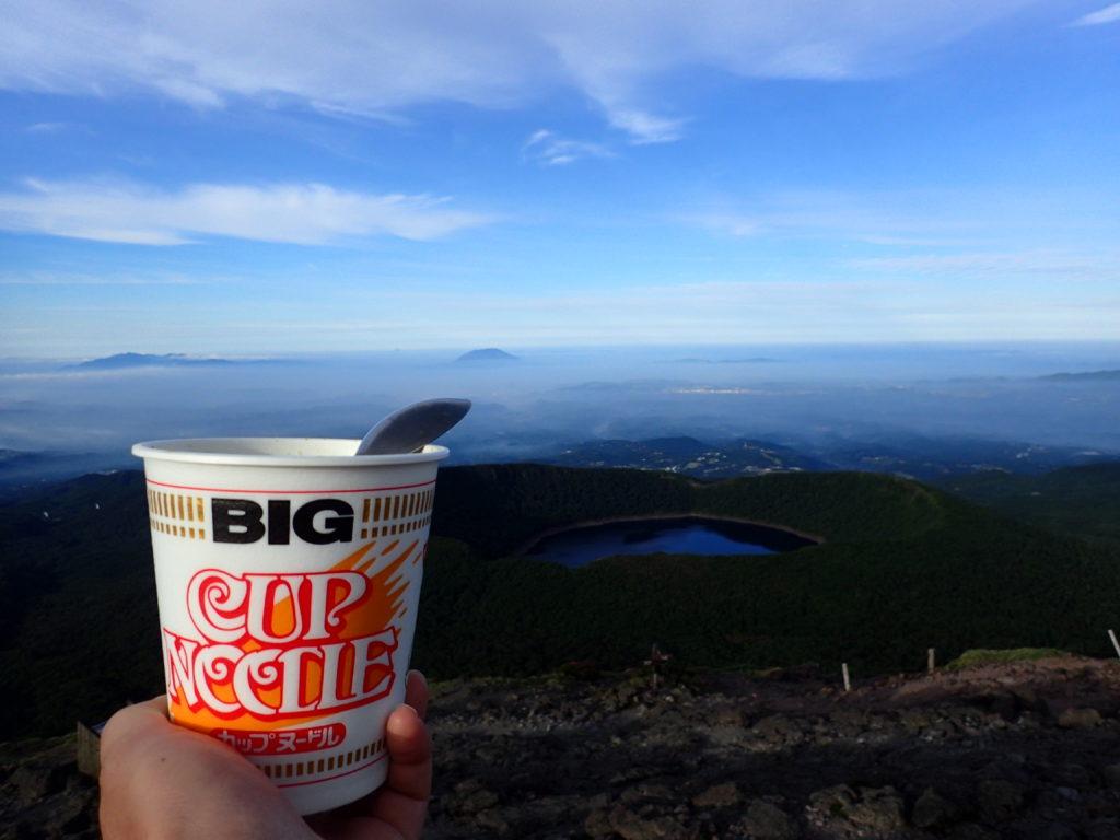 霧島山(韓国岳)から大浪池の向こうに桜島を見ながらのカップヌードル