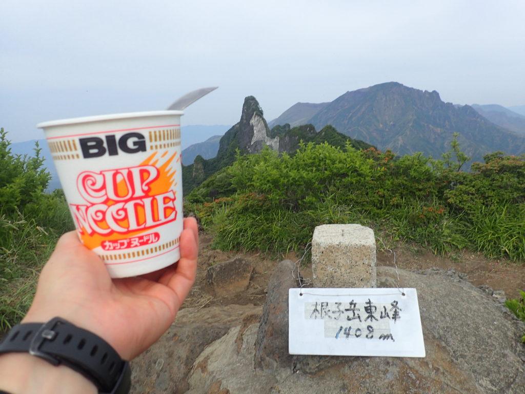 阿蘇五岳の根子岳山頂でカップヌードル
