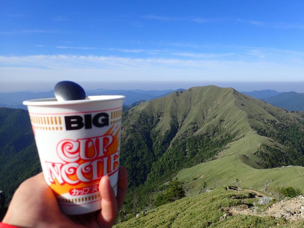 日本百名山である剣山からジロウギュウを眺めながらカップヌードル
