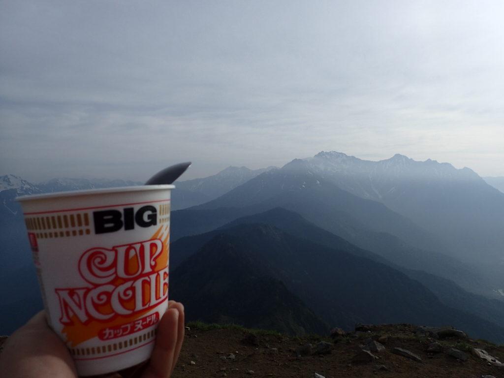 焼岳山頂で槍穂高を眺めながらカップヌードル