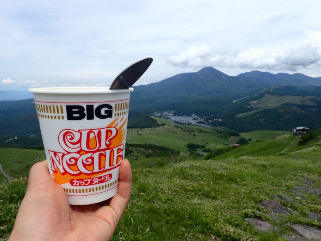 霧ケ峰の車山で蓼科山と白樺湖を眺めながらのカップラーメン