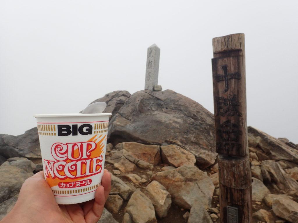 十勝岳山頂で食べるカップヌードル