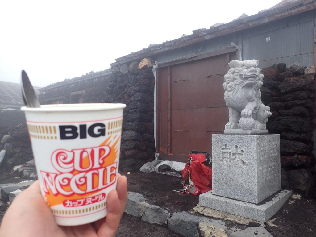 富士山吉田口山頂でカップヌードル