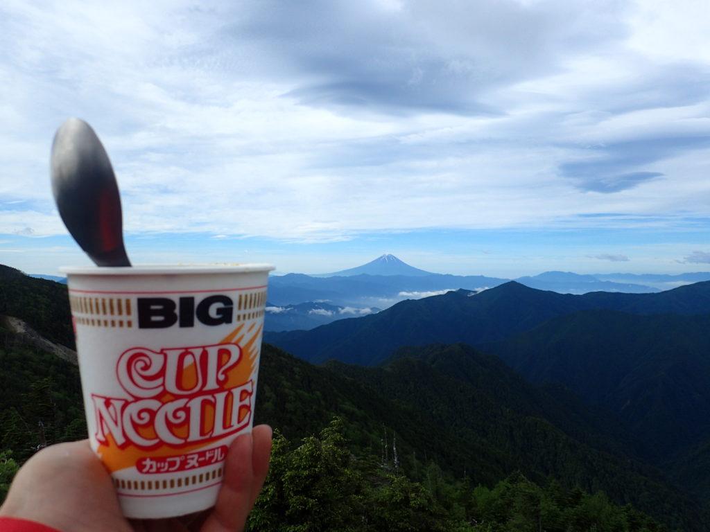 甲武信ケ岳山頂で富士山を眺めながらのカップヌードル