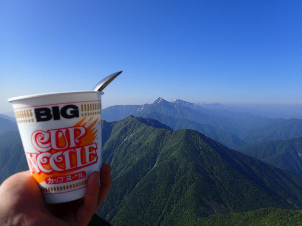 甲斐駒ヶ岳山頂で北岳と間ノ岳を眺めながらのカップヌードル