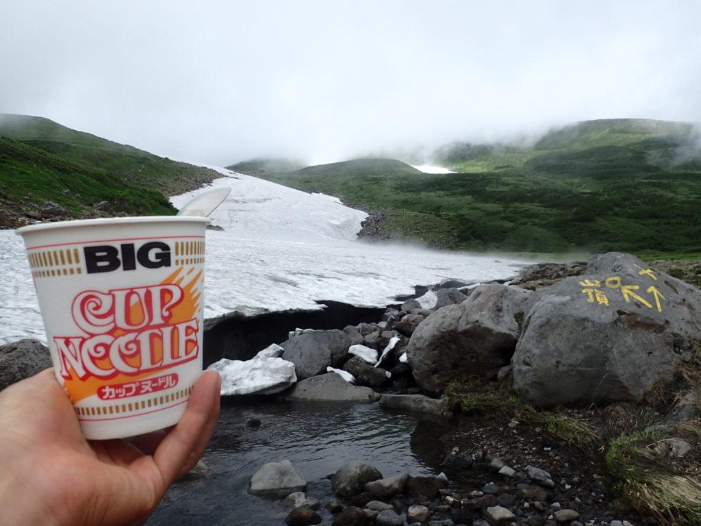 鳥海山の河原宿で雪渓を見ながらカップヌードル