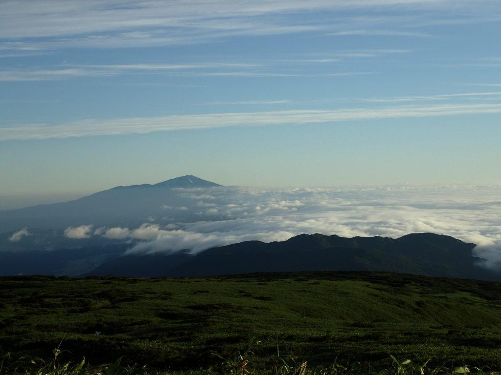 月山登山道からの鳥海山と雲海