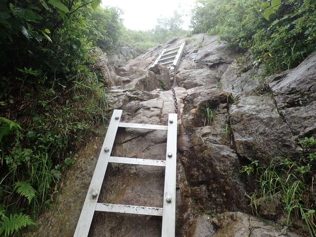 飯豊山の御沢ルートの三国小屋付近の梯子と鎖