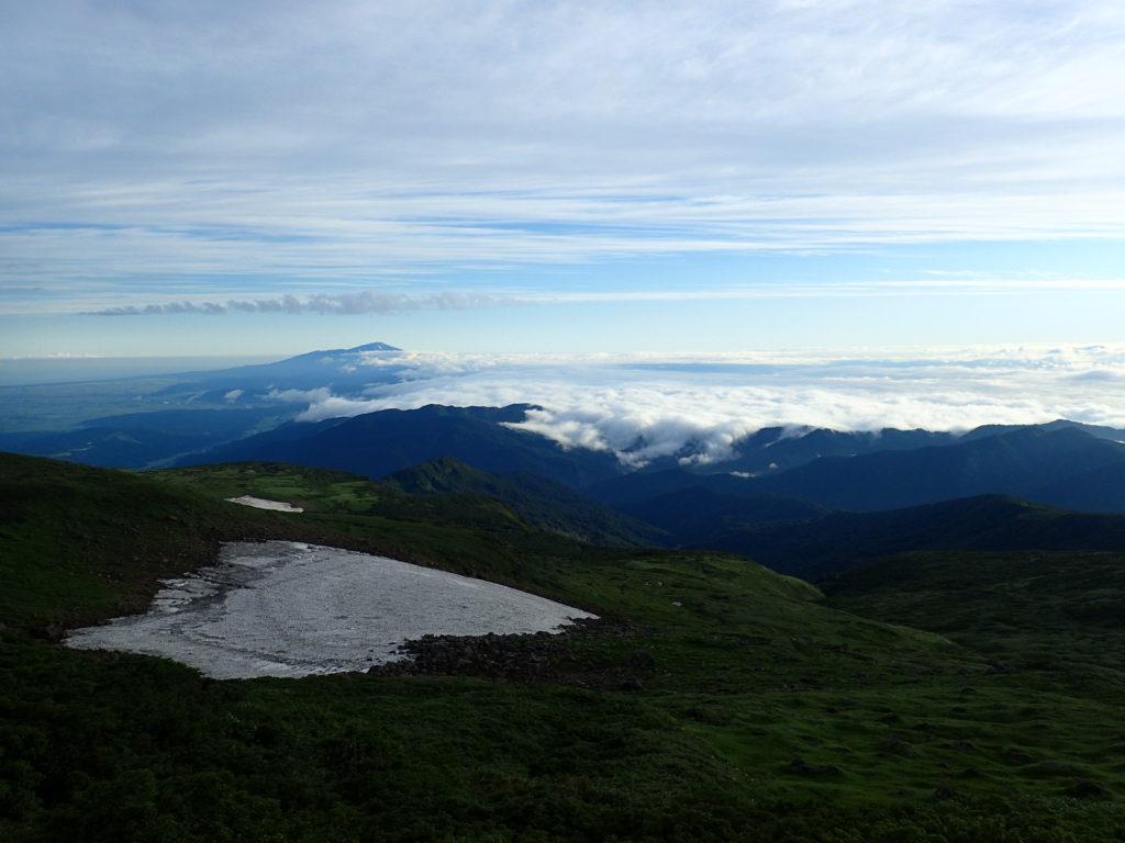 月山の残雪と雲海と鳥海山