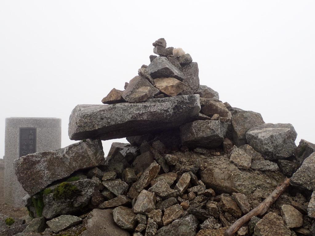大朝日岳山頂のケルン