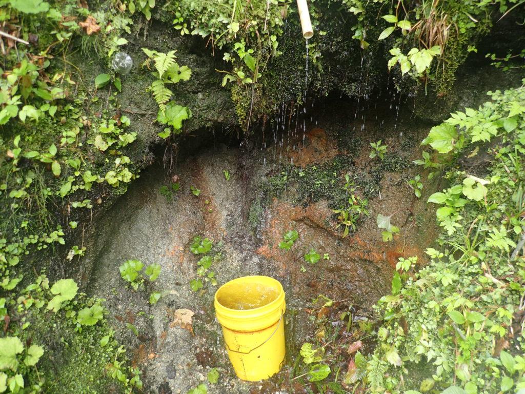 朝日岳の古寺鉱泉駐車場の水場