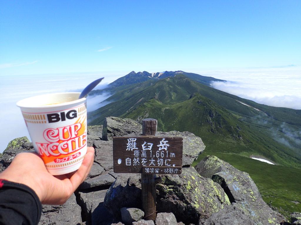 羅臼岳山頂でカップヌードル