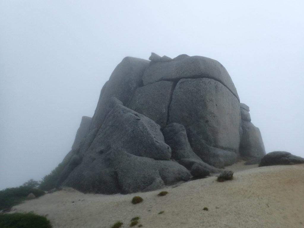 空木岳登山道の駒石