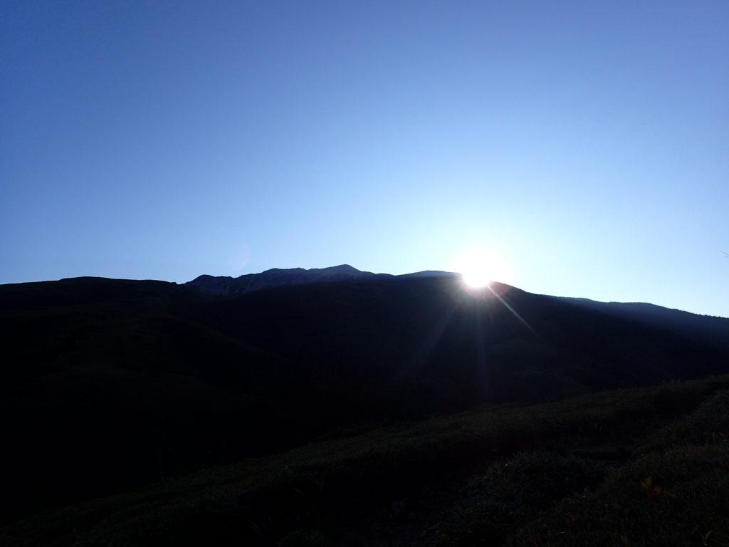 薬師岳方向から登る太陽