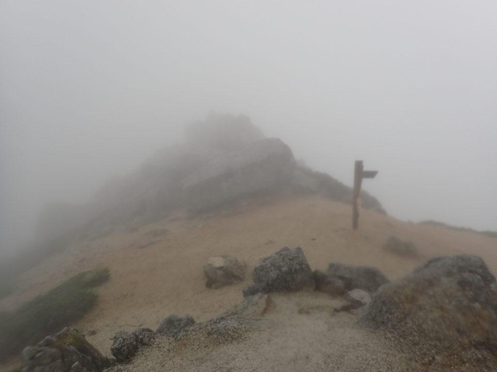 空木岳山頂から檜尾岳方面への稜線を撮影