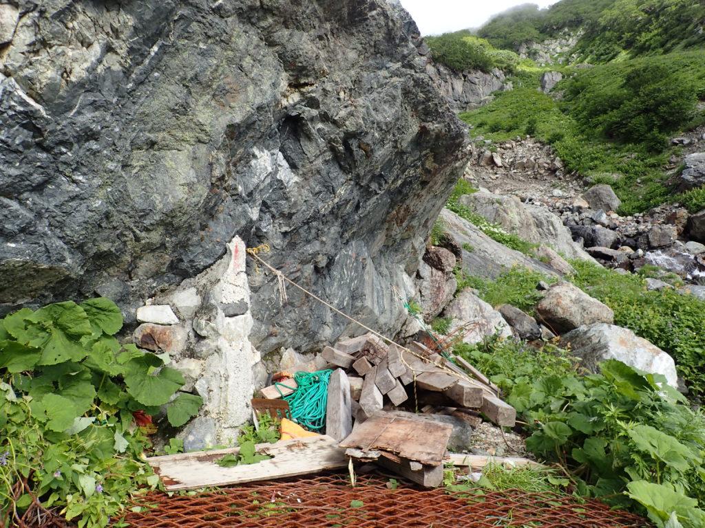 白馬岳の雪渓ルートの岩室跡