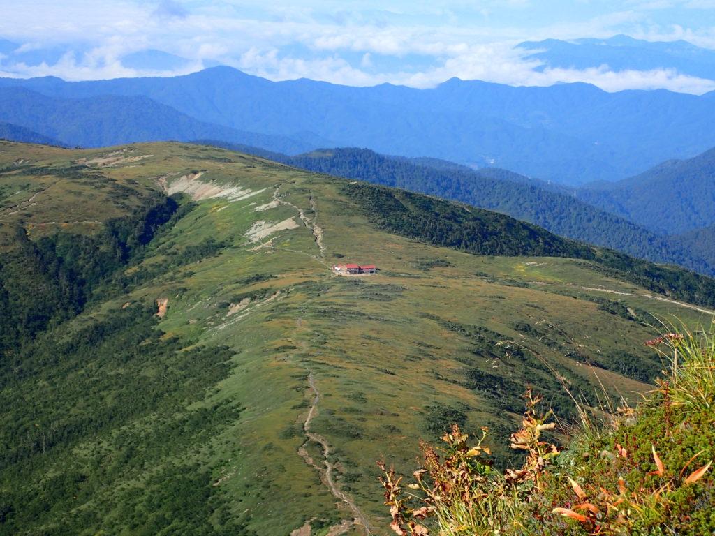 薬師岳登山道から見おろす太郎平小屋