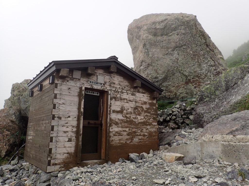 白馬岳の雪渓ルートの緊急避難小屋