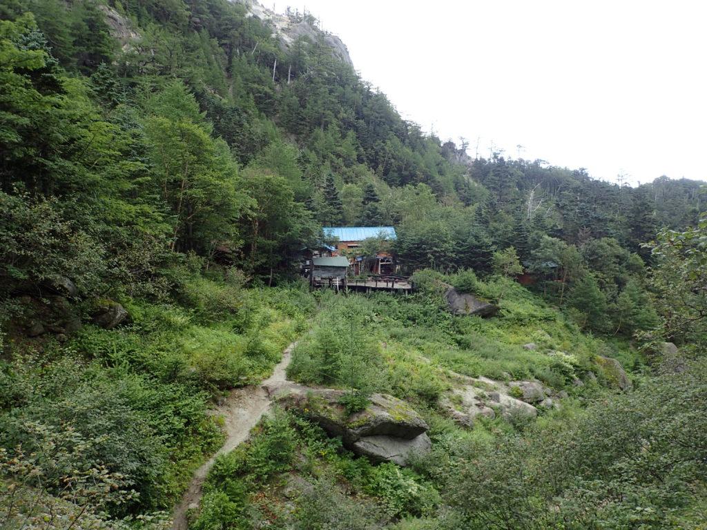 鳳凰三山のドンドコ沢ルートの鳳凰小屋