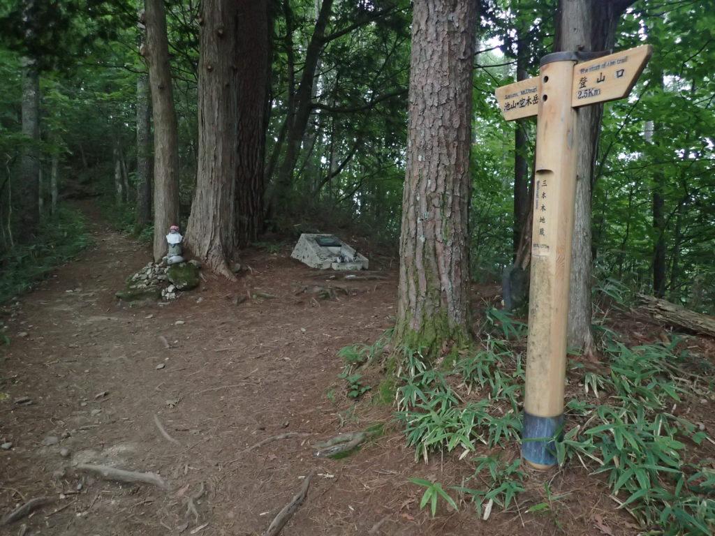 空木岳登山道の三本木地蔵