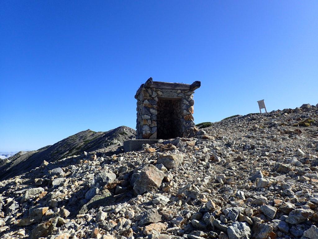 薬師岳の避難小屋跡