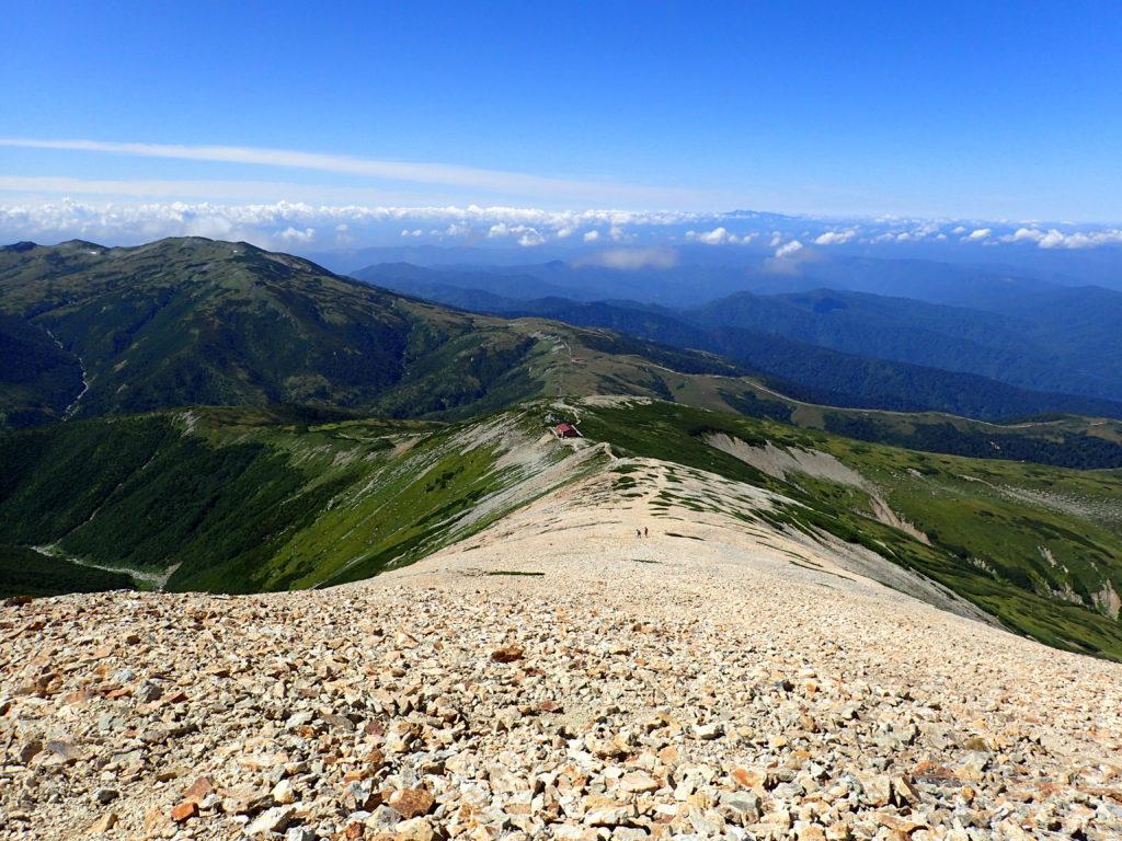 薬師岳山頂方向から見おろす薬師岳山荘