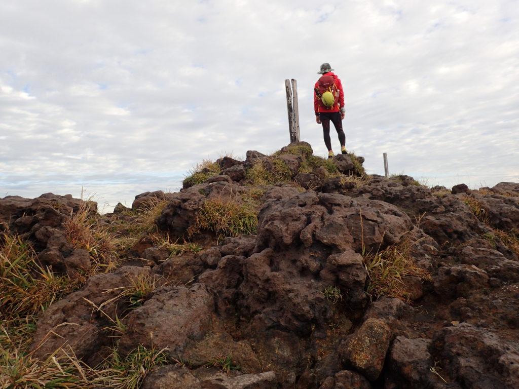日本百名山である阿蘇山(高岳)山頂でペツルの登山用ヘルメットであるエリオスをザックに外付けして記念撮影