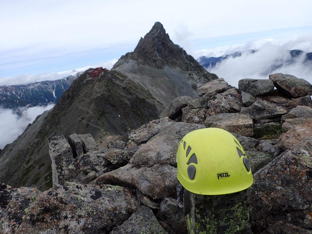 北アルプスの大喰岳で槍ヶ岳をバックにペツルの登山用ヘルメットであるエリオスの記念写真を撮影