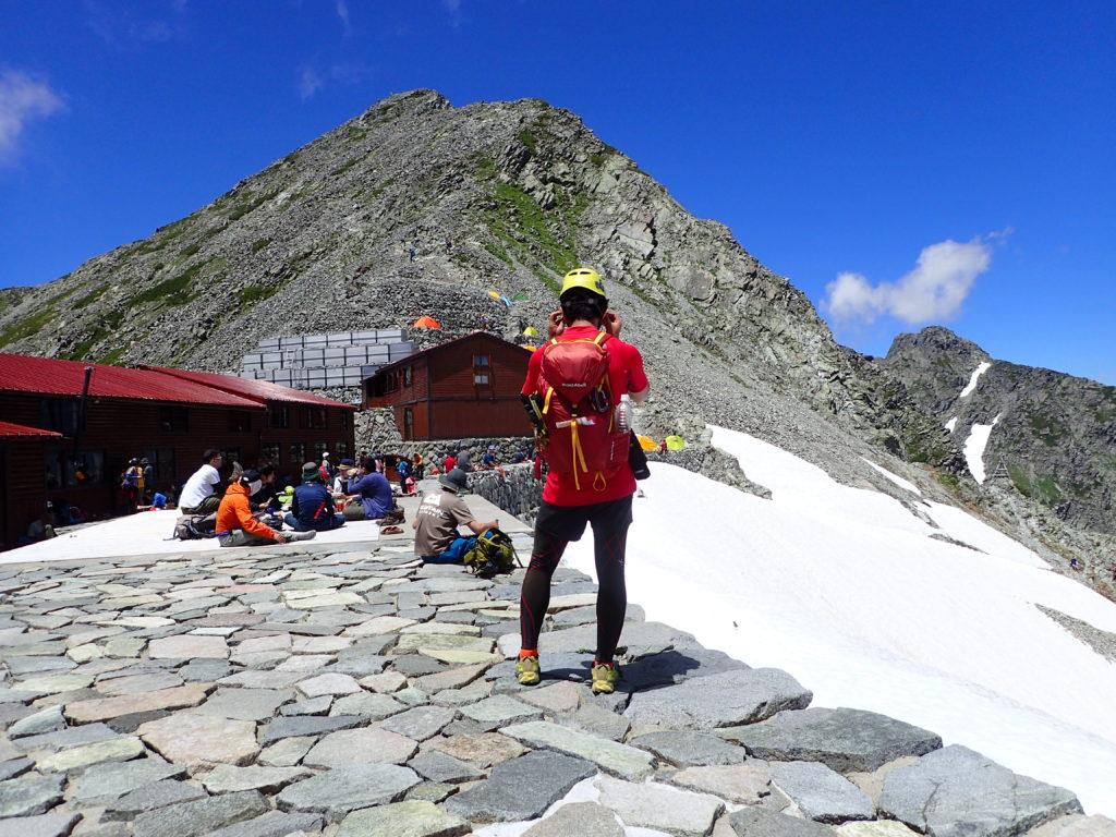 ペツルの登山用ヘルメットであるエリオスをかぶって穂高岳山荘の前で記念撮影