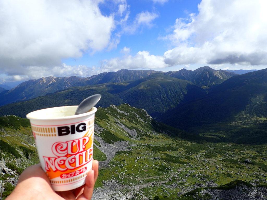 黒部五郎岳山頂からカールと北アルプス裏銀座を眺めながらカップヌードル
