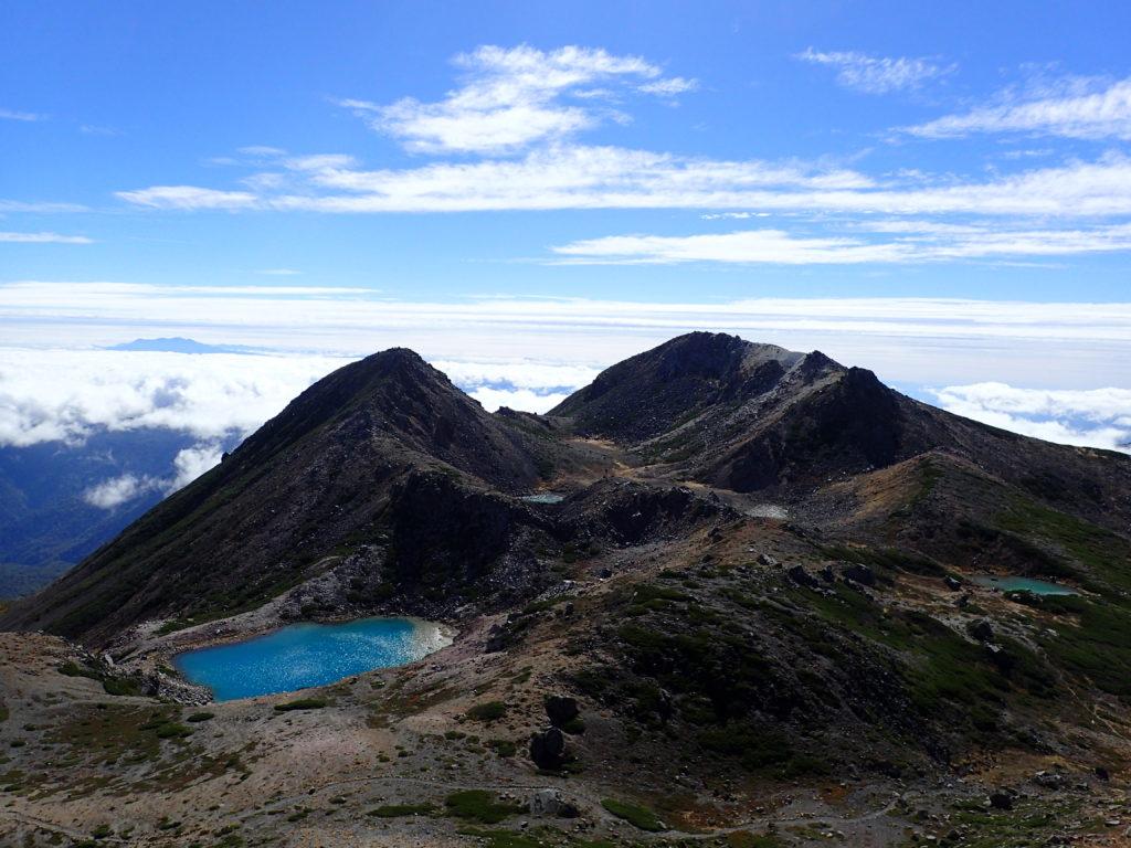 白山の大汝峰から眺める剣ヶ峰と御前峰と翠ヶ池
