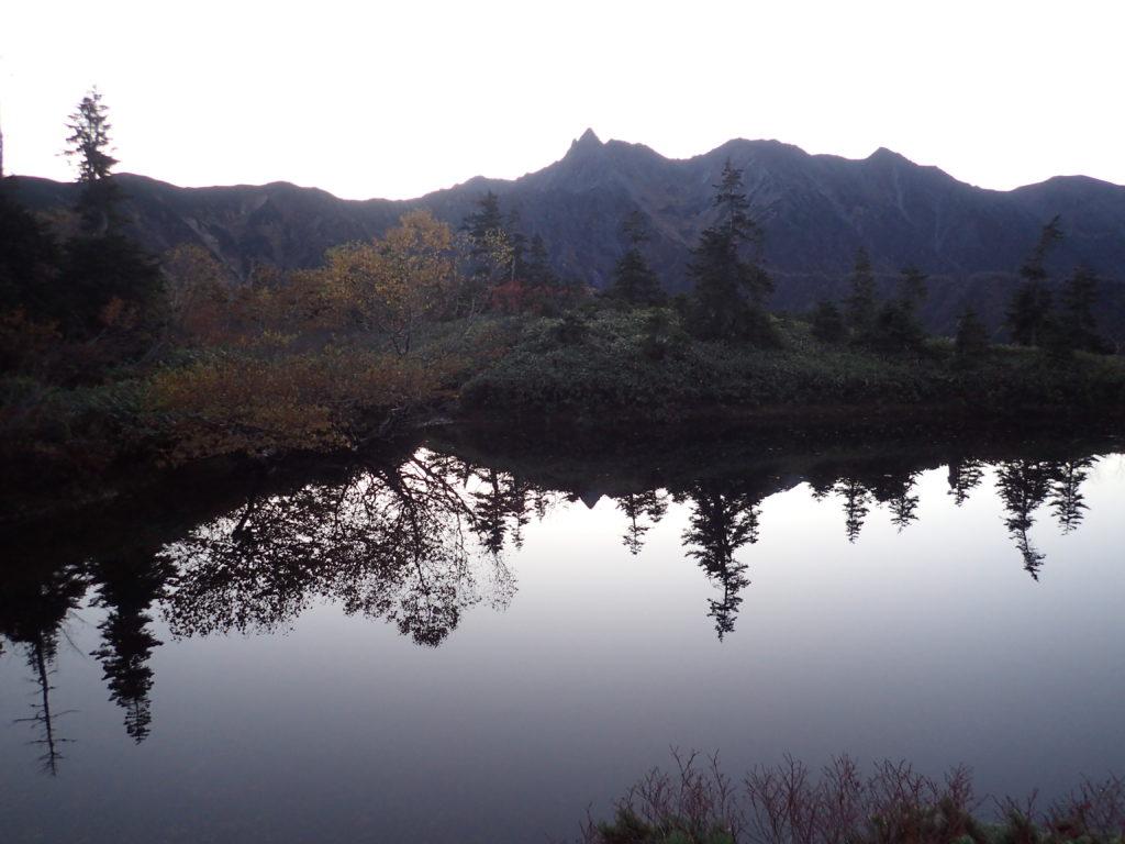 鏡池から見る日の出前の槍ヶ岳と鏡池に写る槍ヶ岳