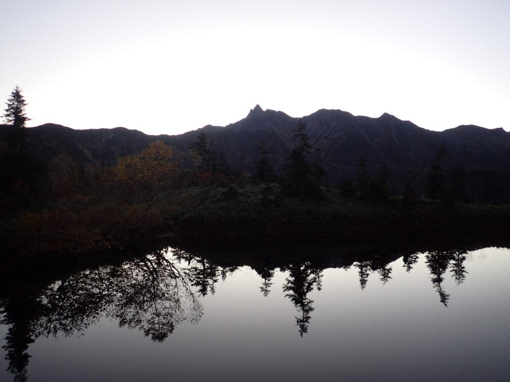 鏡池から見る日の出前の槍ヶ岳