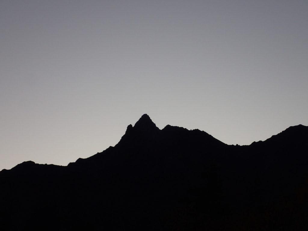 鏡平から見る日の出前の槍ヶ岳