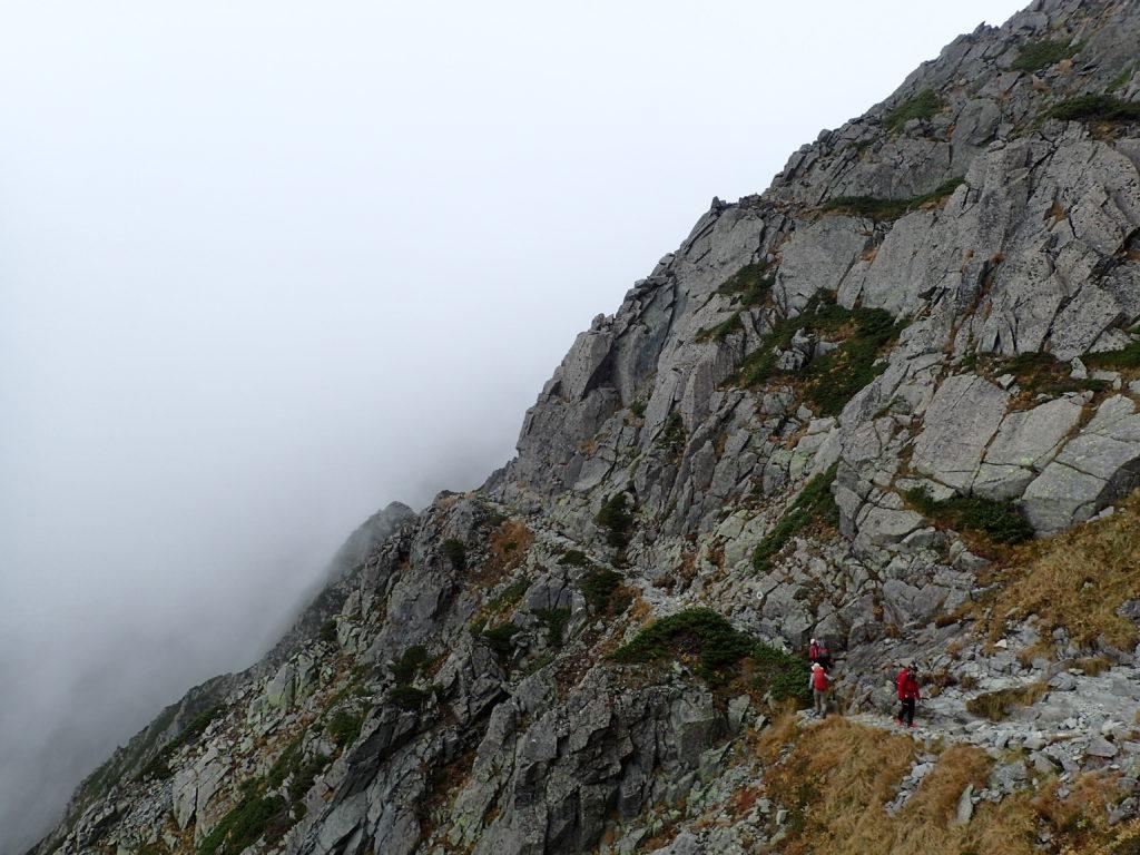 前穂高岳と奥穂高岳を結ぶ吊尾根の登山道