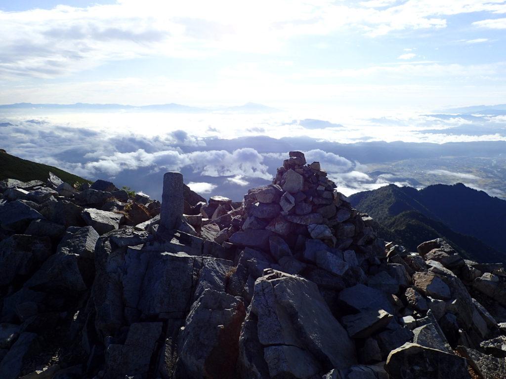 爺ヶ岳南峰山頂のケルン