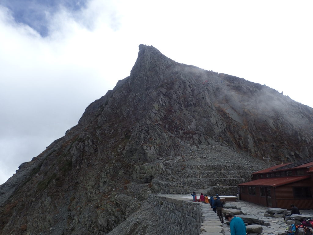 穂高岳山荘から見る奥穂高岳山頂方向