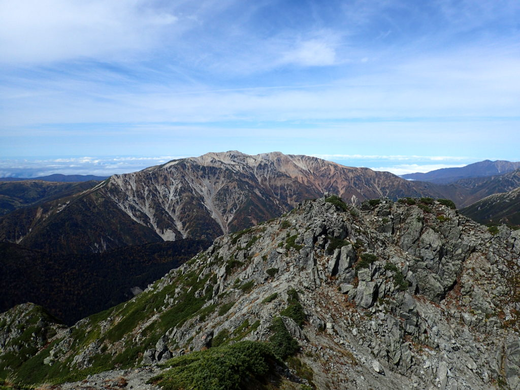 水晶岳山頂から見る薬師岳