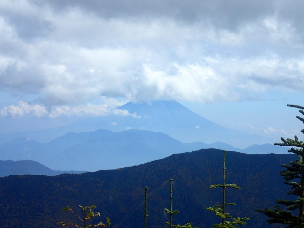 千枚岳登山道の千枚小屋から見る富士山