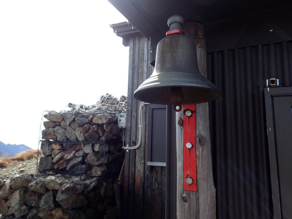 水晶小屋入口の鐘