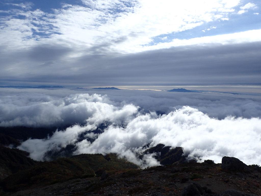 白山から眺める北アルプスと御嶽山