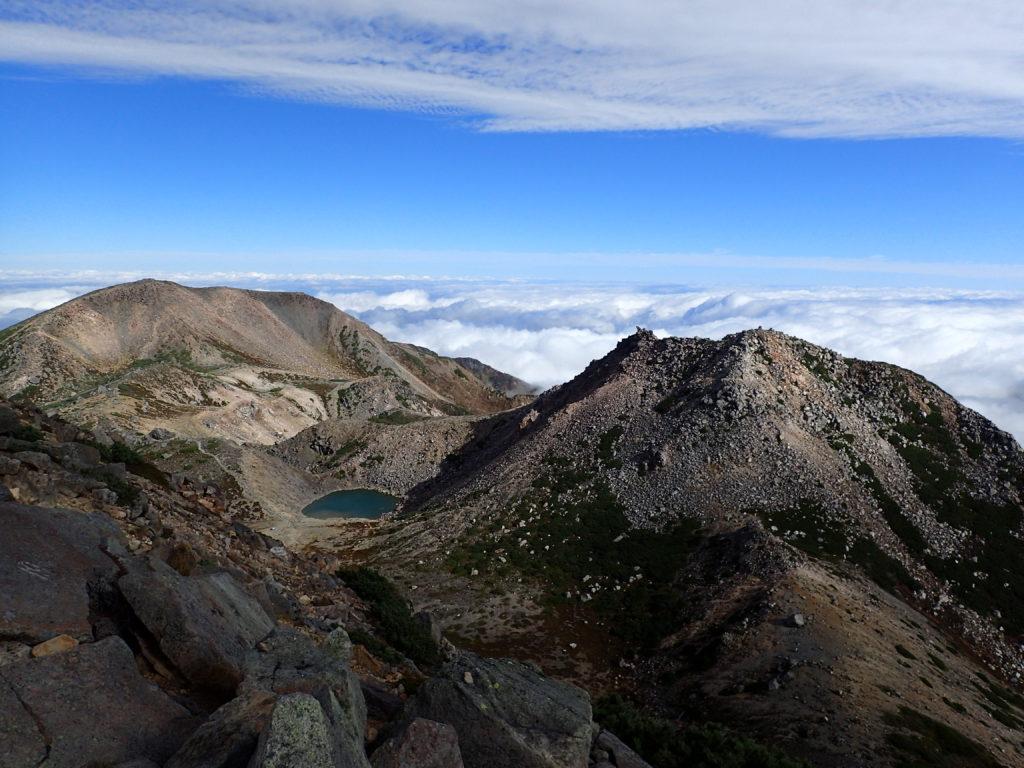 白山の御前峰から眺める剣ヶ峰と紺屋ヶ池と大汝峰