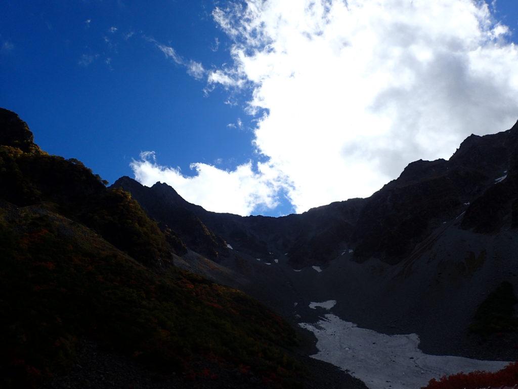 涸沢から見る奥穂高岳と前穂高岳を結ぶ吊尾根