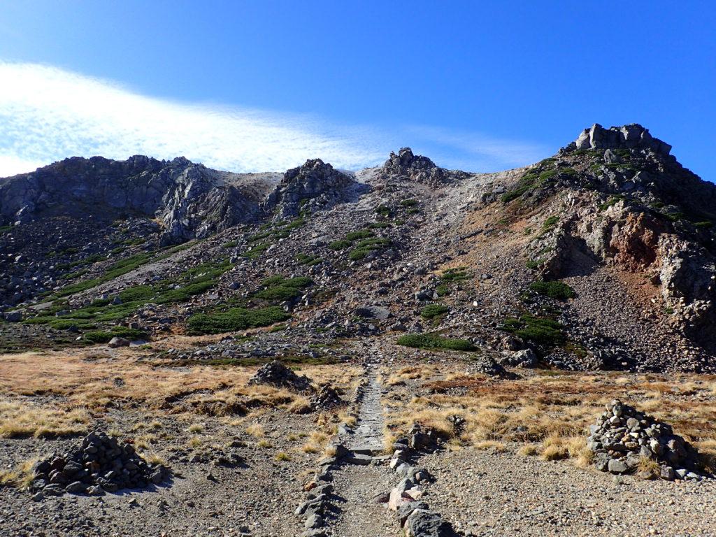 白山の紺屋ヶ池付近から見上げる御前峰方向