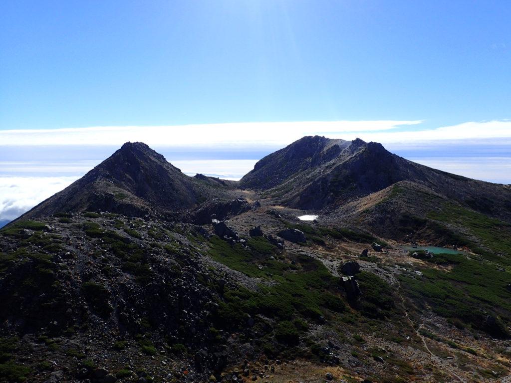 白山の大汝峰から見る剣ヶ峰と御前峰