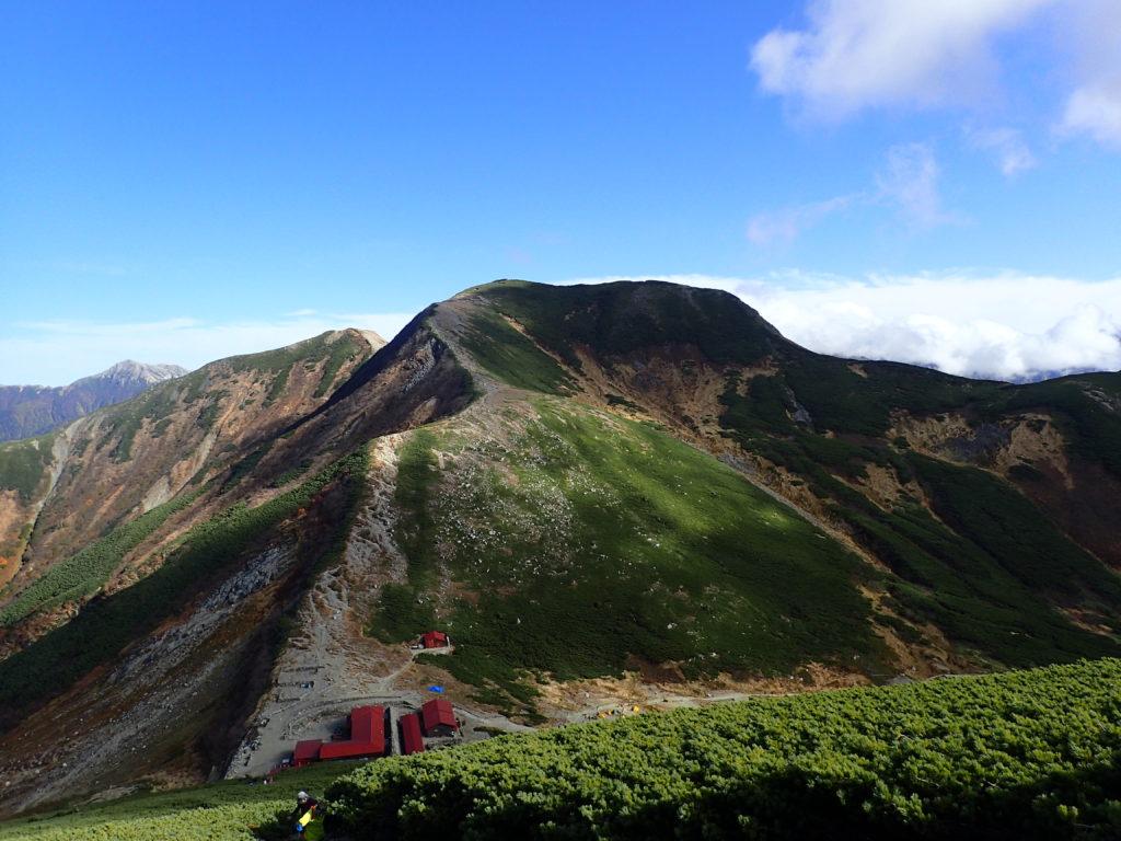 双六岳登山道から見おろす双六小屋と樅沢岳