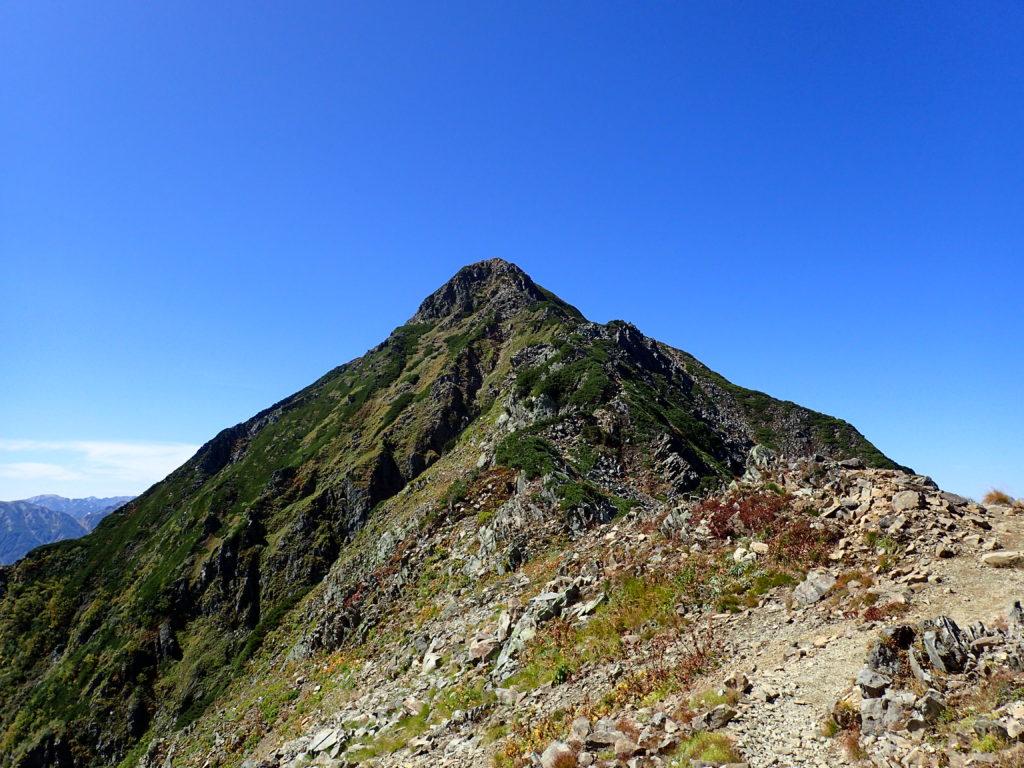 鹿島槍ヶ岳北峰方向から見る鹿島槍ヶ岳南峰