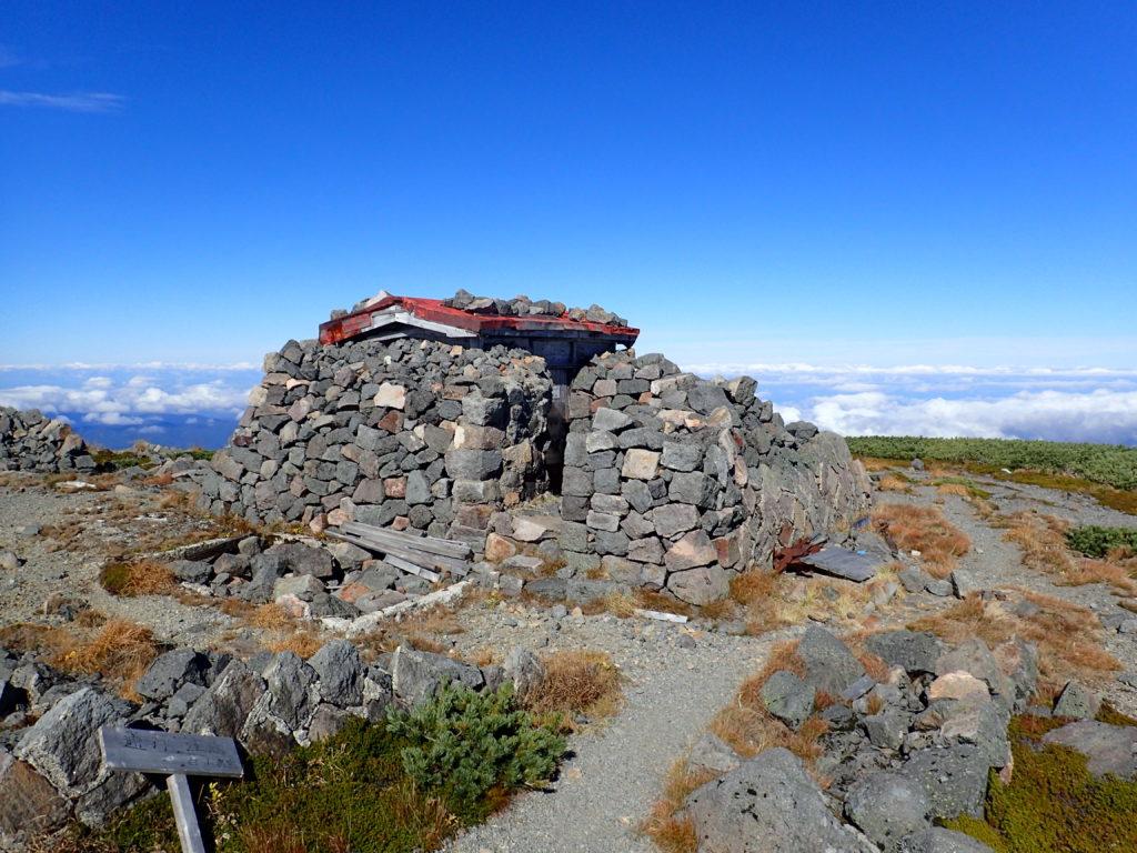 白山の大汝峰の緊急避難小屋
