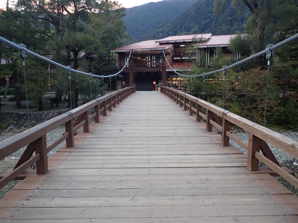 上高地の梓川にかかる河童橋